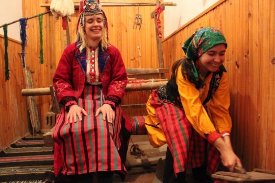Studentki: Pietia Dimitrova, nasza tłumaczka, i Zosia Bizacka w tradycyjnych strojach rodopskich. Muzeum w Viievo.
